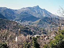 Castagniccia vilaĝo en Carpineto, kun Carcheto kaj Monte San Petrone en la fono