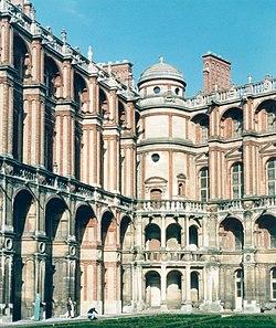 photographie de la cour intérieure du Château-Vieux, avec les caractéristiques de l'architecture Renaissance française