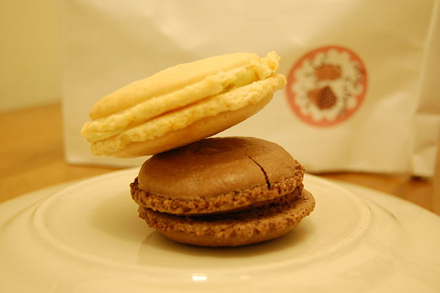 File:Chocolate cinnamon and pistachio orange macarons.jpg - Wikimedia ...