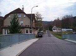 Chrastava-Andělská Hora, silnice 592, čp. 63 a 75, z mostu přes Nisu.jpg