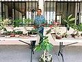 Comerciante puenteixtlense ofreciendo a la venta sus productos de plantas de ornato y bonsais.jpg