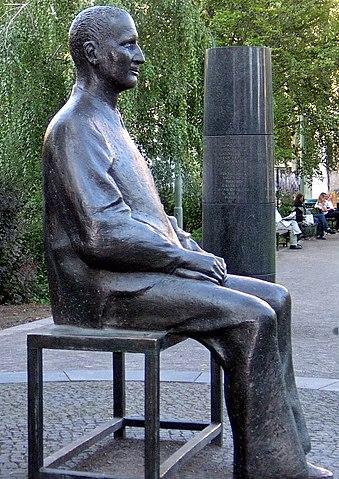 Бронзовая скульптура Б. Брехта перед театром «Берлинер ансамбль» (Бертольт-Брехт-плац, 1) работы Фрица Кремера