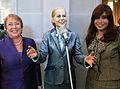 Cristina Fernández y Michelle Bachelet con estatua Evita - 2009.jpg