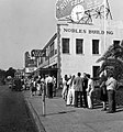 "Crowds line up to see ""Gone with the Wind"" in Pensacola, Florida (1947).jpg"