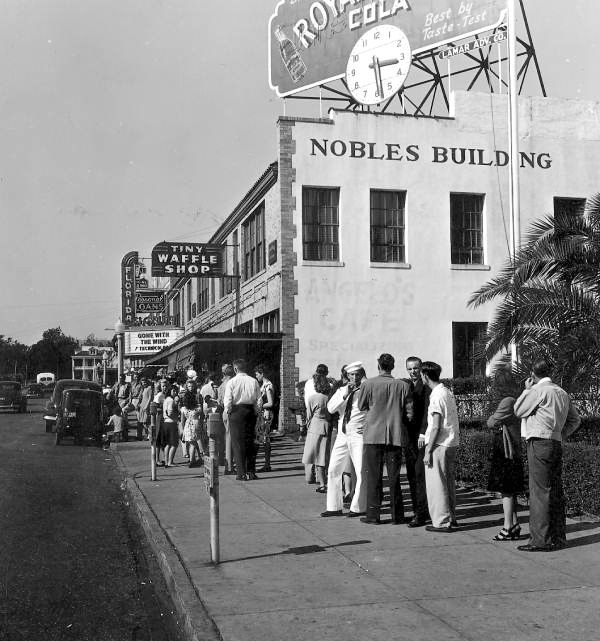 """Crowds line up to see """"Gone with the Wind"""" in Pensacola, Florida (1947)"""