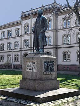 Denkmal vor der Hebelschule in Lörrach.