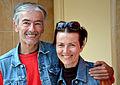 Der Musiker Dieter Fritzsche alias Sagi Musik sowie die Malerin und Bildhauerin Petra Stiglmeier, hier mit Sonnenbrille und guter Laune auf dem Engelbosteler Damm in Hanover.jpg