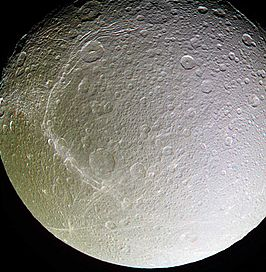 Dione, gefotografeerd door Cassini 14 december 2004 (NASA)