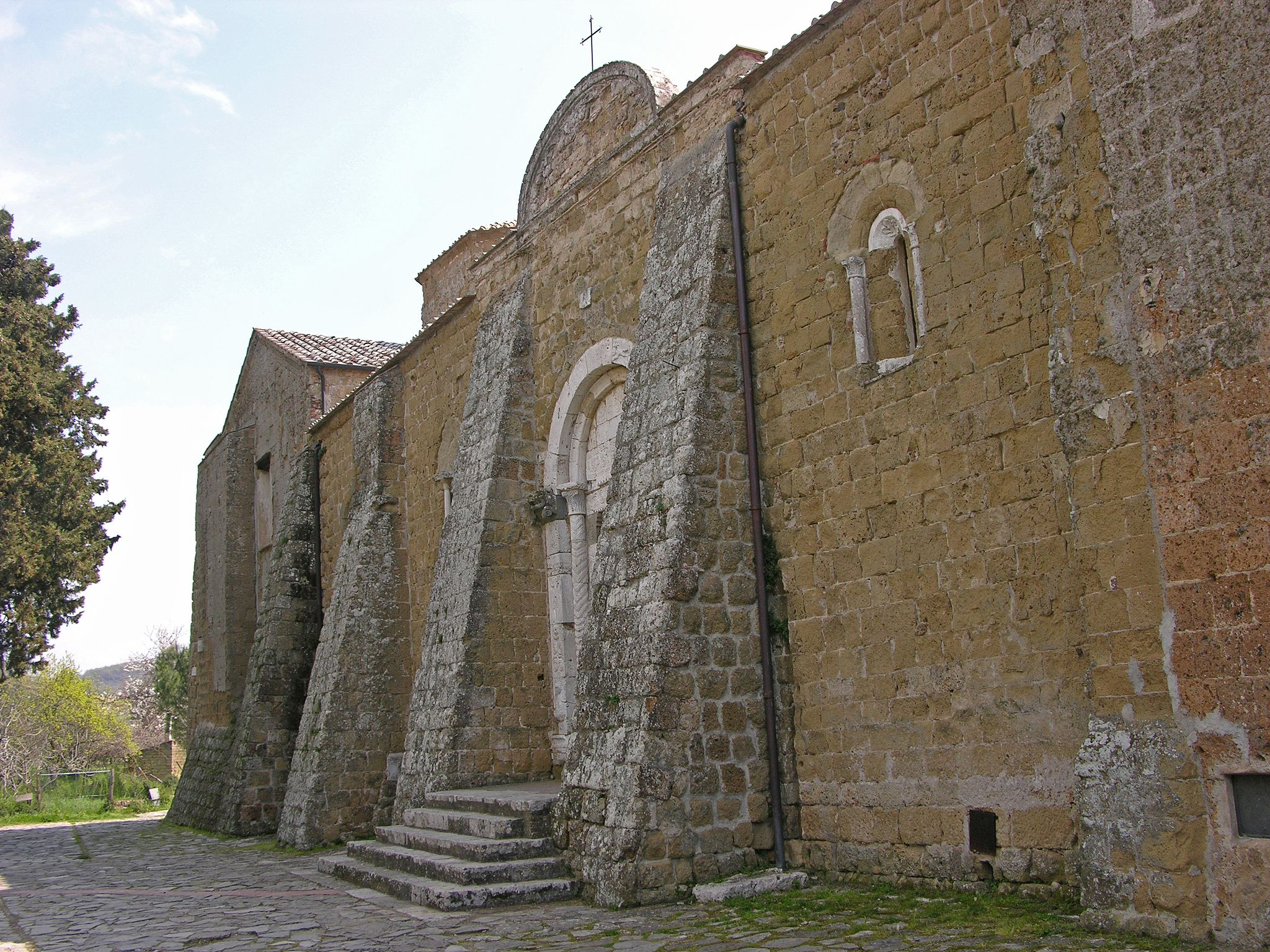 Duomo di Sovana - facciata laterale