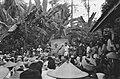 Een sergeant-majoor van het KNIL en een Indonesische man in witte kleding spreke, Bestanddeelnr 446-4-1.jpg