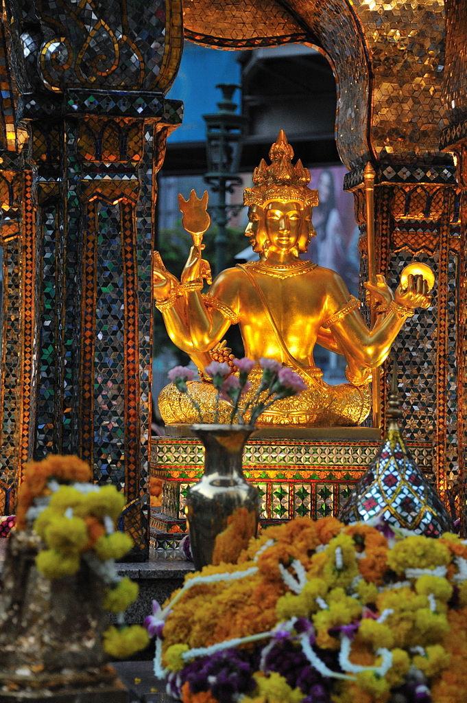 Sanctuaire Erawan à Bangkok avec les nombreuses offrandes de fleurs - Photo de Mith Huang