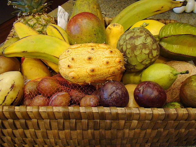 Kôš s exotickými druhmi ovocia