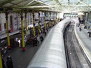 Лондонское метро (на переднем плане) и линии пригородного сообщения (за разделителем)