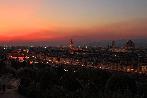 Piazzale Michelangelo al tramonto, con veduta del Ponte Vecchio, Palazzo Vecchio, del Duomo di Santa Maria del Fiore, degli Uffizi, e di Santa Croce