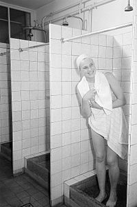Fotothek df roe-neg 0006764 013 Portrait einer Frau mit Handtuch und Badehaube i.jpg