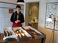 Fritzenwiese 51, Celle, Fischereibetrieb Nölke, 3a1, Petra Nölke am Verkaufstresen hinter frisch geräucherten Fischen.jpg