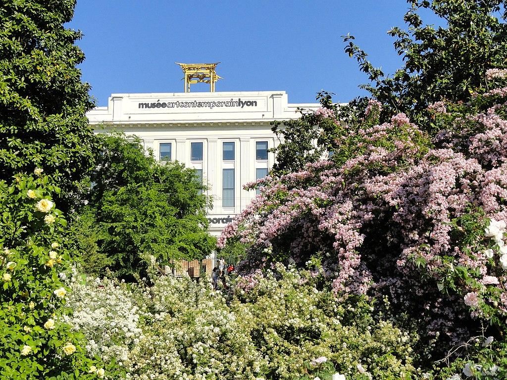 Vue sur la façade du musée d'art contemporain de Lyon depuis le Parc de la Tête d'or. Photo de Daderot