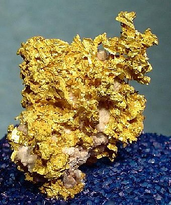 Old gold specimen from an unknown Yavapai County mine. Size: 2.0 cm x 1.8 cm x 1.7 cm (0.8 in x 0.7 in x 0.7 in). Gold-Quartz-188388.jpg