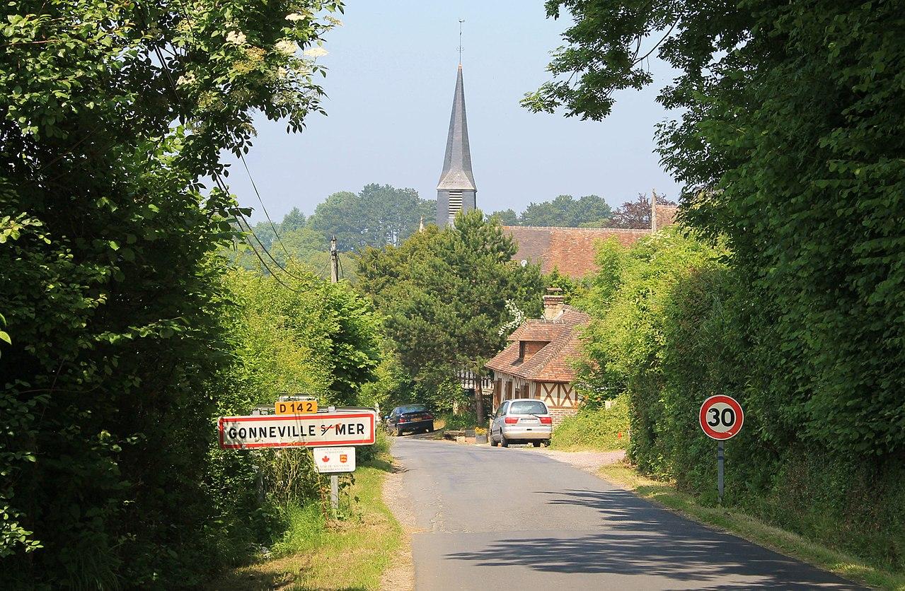 L'entrée du bourg par la D 142.