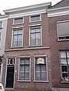 foto van Huis met schilddak en eenvoudige lijstgevel, korte bovenverdieping, beganegronds vernieuwd