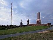 hr-Rohrmast, Ersatzmast, Aussichtsturm Großer Feldberg mit Ersatzantennen, Fernmeldeturm (von links nach rechts)