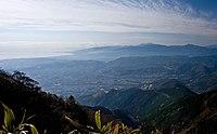 丹沢・二ノ塔より秦野盆地(手前)と箱根山地(奥)。その間(中央左)に大磯丘陵と足柄平野。左は相模湾で、奥の陸地が突き出たところが真鶴半島。