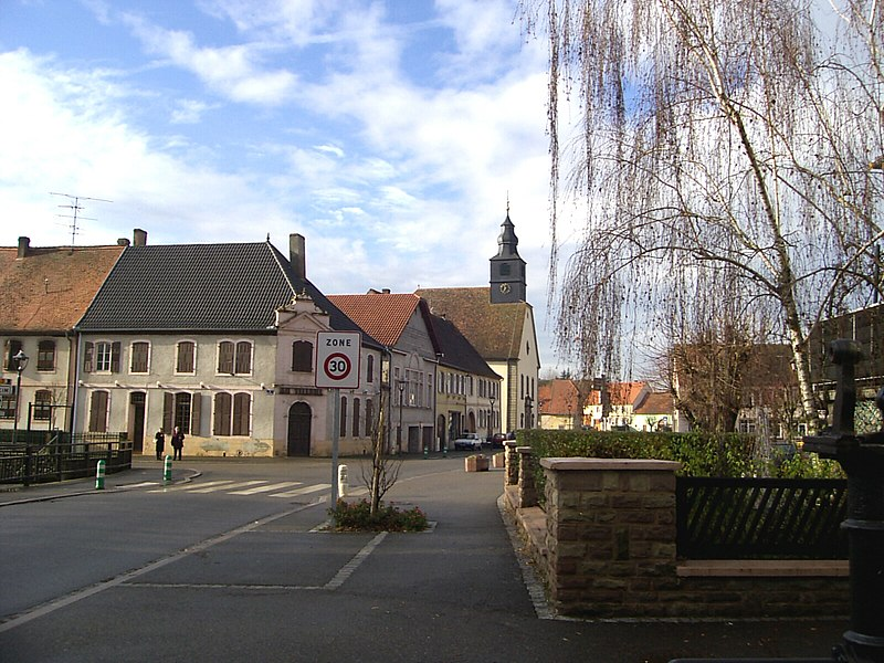 La Rue d'Altwiller de Harskirchen avec l'Eglise protestante