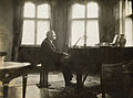 Henri La Fontaine au piano.jpg