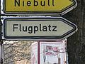 Hinweisschild zum Flugplatz, recht dicht beim Flensburger Rathaus, Bild 07.JPG