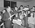 Intekenbiljetten uitgereikt aan de schoolkinderen voor de nieuwe kinderpostzegel, Bestanddeelnr 914-3859.jpg