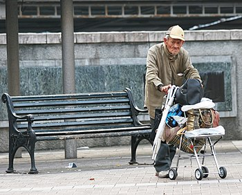 English: Elderly man at Shimonose Park Sasebo ...