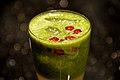 Juice af kiwi og agurk med granatæblekerner (4312035442).jpg
