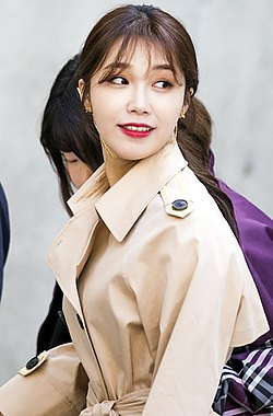 Jung Eun-ji at Seoul Fashion Week Romance Chic on March 22, 2018 (2).jpg
