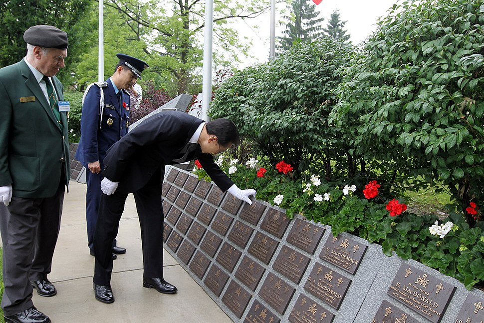 KOCIS President Lee paying homage to Canadian soldiers (4762671724)