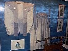 https://upload.wikimedia.org/wikipedia/commons/thumb/c/c7/Kimono-hakama-p1000698.jpg/220px-Kimono-hakama-p1000698.jpg