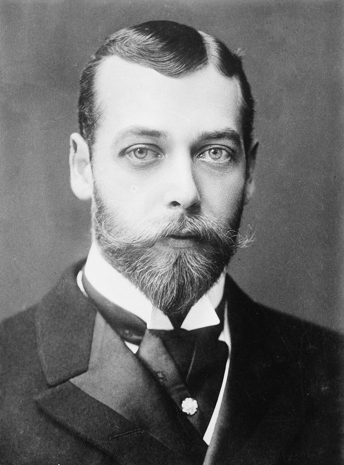 Jeune homme aux yeux pales avec une moustache et une barbe