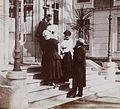Kipling et son épouse devant l'Hotel du Parc à Vernet en 1910.jpg
