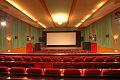 Kur-Theater Hennef, Saal mit Blick auf die Leinwand.jpg