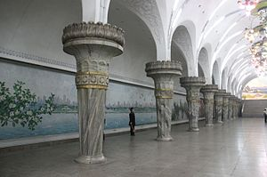 Yonggwang Station - Murals on the walls of the tunnel.