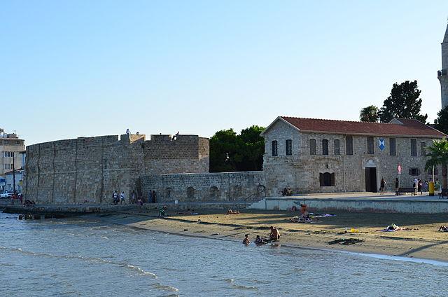 http://upload.wikimedia.org/wikipedia/commons/thumb/c/c7/Larnaca_fort.JPG/640px-Larnaca_fort.JPG?uselang=ru
