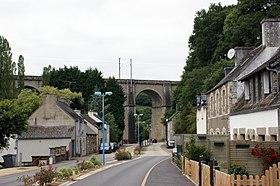 Le bourg et le viaduc de la ligne Paris - Brest