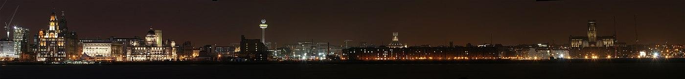 ליברפול מכיוון הים בלילה