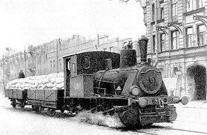 Паровоз везёт муку по трамвайным рельсам в блокадном Ленинграде. 1942 год. Неизвестный фотограф.