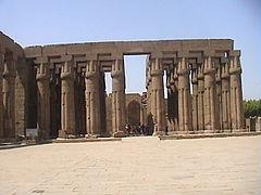 Louxor cour d'Aménophis III.JPG