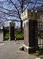 Maastricht - Tapijnkazerne - omheining met pylonen GM-3874 20190330.jpg