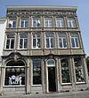 foto van Hoekhuis met brede lijstgevel, voorzien van een attiek.