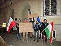 Magyar fiatalok tüntetnek a varsói magyar nagykövetség előtt az INTERNET-adó tervezett bevezetése ellen 2014 október 28-án este.JPG