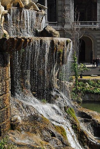 Deutsch: Der Wasserfall am Palais Longchamp, M...
