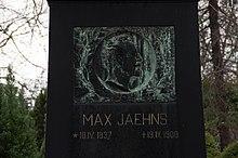 Porträtrelief am Grabstein von Max Jähns, geschaffen von Fritz Heinemann (Quelle: Wikimedia)