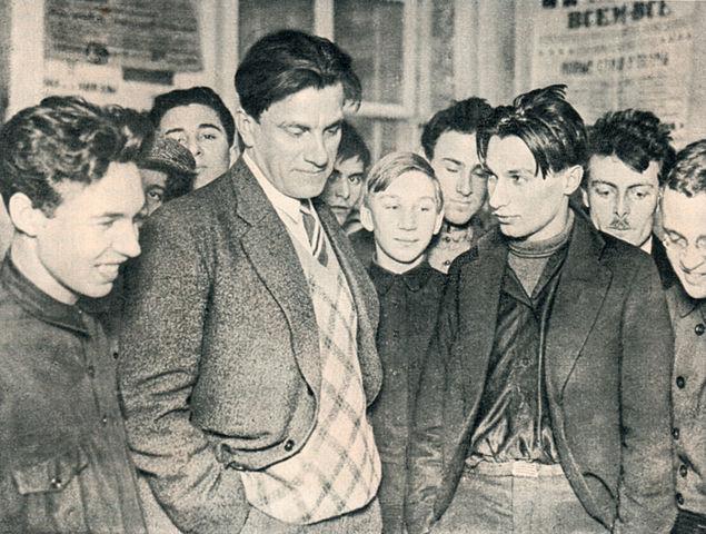 В.В.Маяковский на своей выставке «20 лет работы», 1930